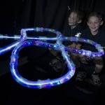 Високоскоростни светещи колички и писта от тръби